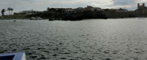 Un bote con turistas se acerca a la isla de Tabarca. Foto: Juan Antonio Pérez