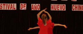 Dos sevillanas bailando flamenco durante el fin de año chino 2013