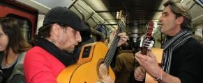 Tito y Toni sacan su duende en el metro