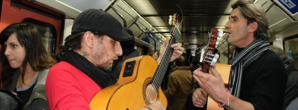 Tito y Toni sacan su duende en el metro. Foto: Iara M.Búa
