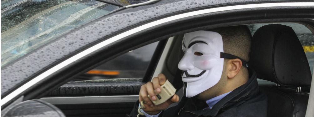 Un taxista con una máscara