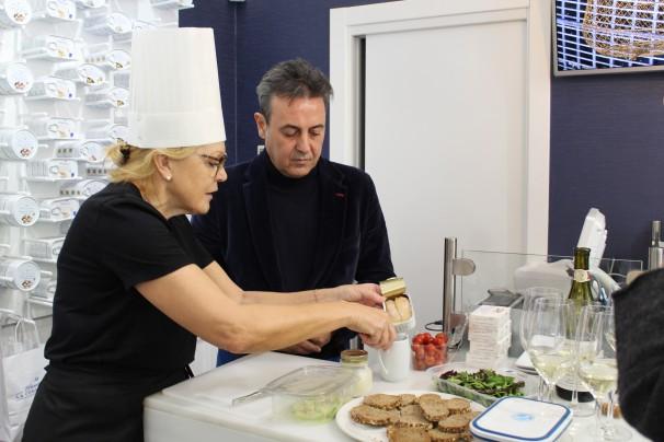 La chef Teresa Ramos y el periodista José Ribagorda realizando un «showcooking» con conservas