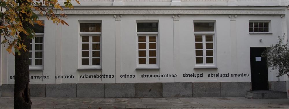 Exterior de la galería Elba Benítez, que da acceso a la obra de Ignasi Aballí Mirar (el otro lado)