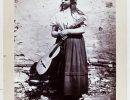 «Mujer con guitarra a la puerta de su casa». (Fuente: Archivo ABC)