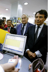 Ignacio González usando su tarjeta sanitaria. Foto: EFE
