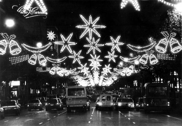 Iluminación navideña en la calle de Serrano en los años 80. Foto: ABC