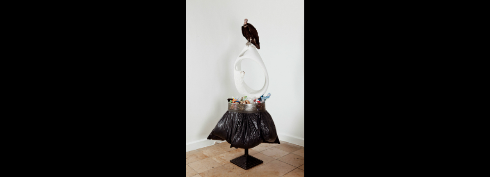 John Isaacs. «Walking in the poverty of our history in the making» 2011 Animal disecado, bolsas de basura con su contenido, estructura de metal 230 x 120 x 120 cm