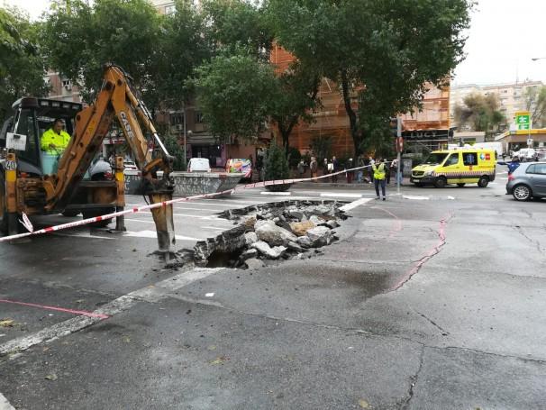 Trabajos de reparación del asfaltado en la zona del segundo socavón. Foto: AV La Nueva Elipa