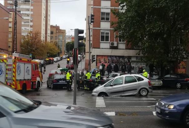 Los servicios de emergencia en el lugar de los hechos, poco después de producirse el segundo socavón. Foto: AV La Nueva Elipa