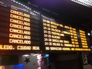 Cartel informativo de las cancelaciones de los trenes