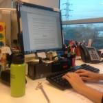 La ingeniera química trabajando desde su oficina