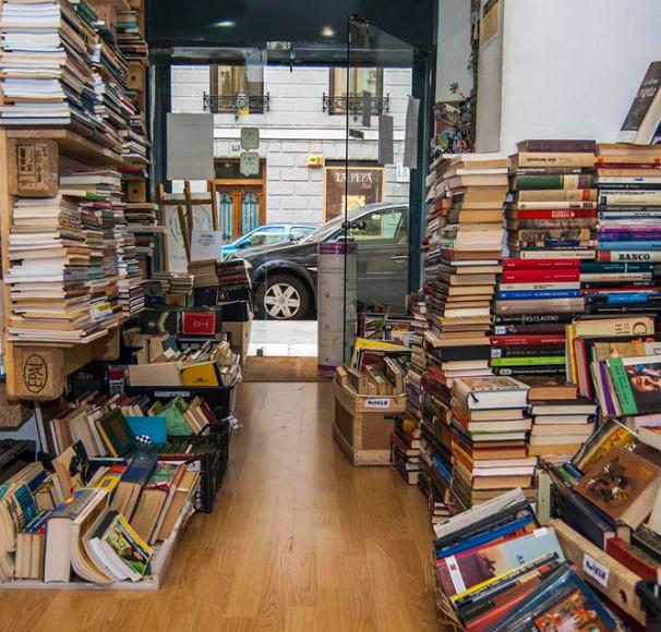 Miles de ejemplares invaden las estanterías de la librería. Foto: T.L.