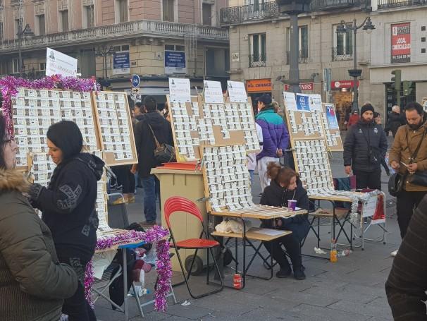 Hilera de loteros ambulantes en la Puerta del Sol. Foto: Gregoria Caro