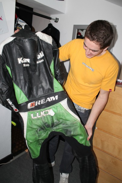 Lucas con uno de sus trajes. Foto: Loreto Sánchez Seoane
