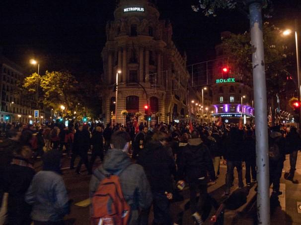 Los manifestantes ocupan la calzada en Gran Vía durante la madrugada previa a la huelga. Foto: David Roch