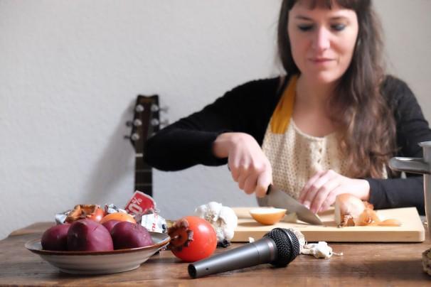 Marta Fernández preparando la sopa de ajo musical / Foto: Marta Fernández Calvo