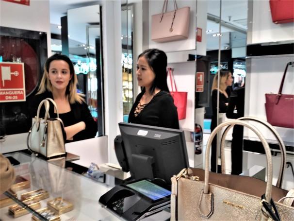 Yan Yan y Marta en el mostrador de Michael Kors Foto: M.A.E