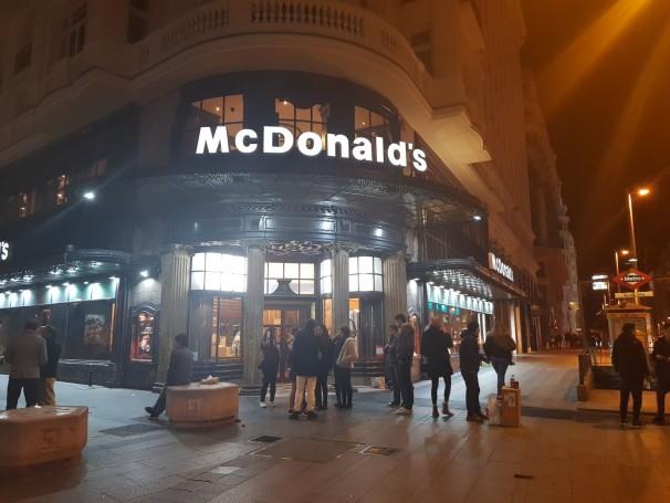 Entrada del Mcdonalds de la calle Montera por la noche. Foto: G. Caro