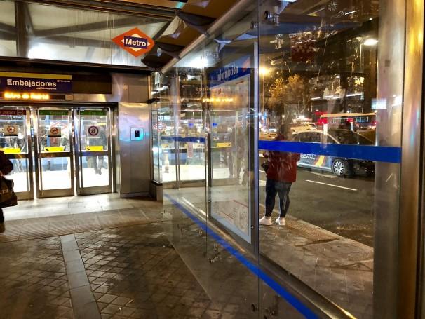 Una patrulla policial junto a la boca de metro. Foto: M.A.E