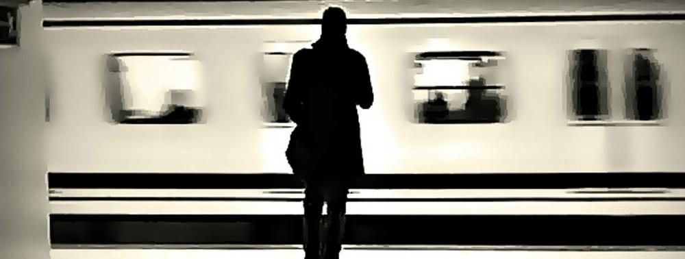 Un viajero revisa su móvil en el andén