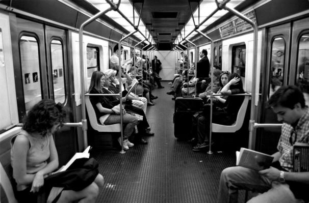El convoy aúlla por los túneles y traquetréa chirriante en los charcos de luz de las estaciones