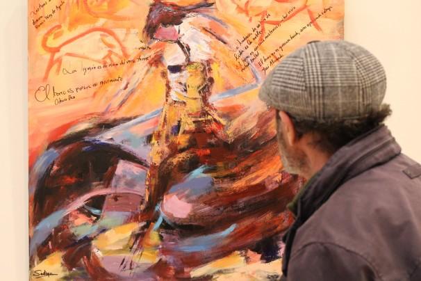 Miguel observa el lienzo «Espíritu valiente» en la Biblioteca Miguel Hernández. Foto: Ó. Rus