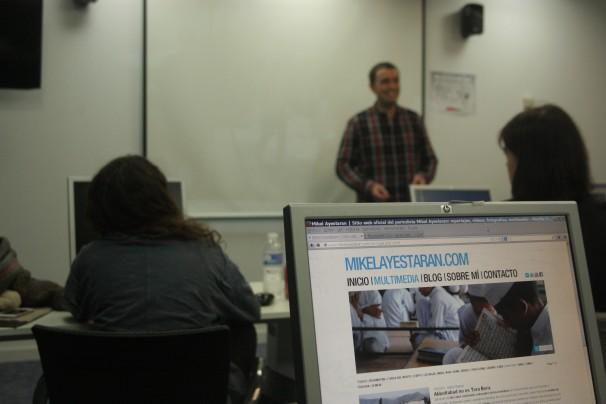 Mikel Ayestaran, en el aula del Máster. Foto: R. R. W.