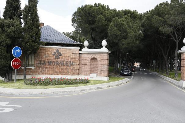 Entrada a la urbanización La Moraleja. Foto: José Ramón Landra
