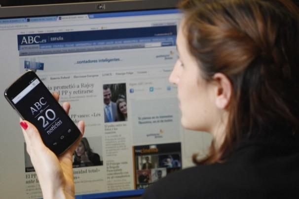 Una chica visita la aplicación de ABC. Foto: Isabel Permuy