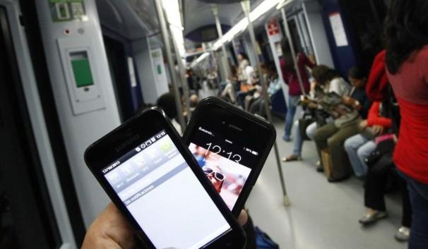 """Los """"smartphones"""" han sustituido a los libros en el metro"""