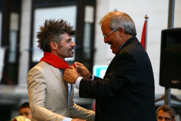 El alcalde de Calahorra Javier Pagola, impone el pañuelo de Calagurritano de Honor 2012 a Nacho Guerreros. Foto: José Joaquín Catalán