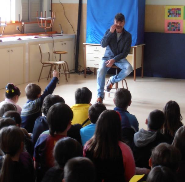 Nacho Guerreros con los niños del colegio Quintiliano