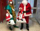 Un miembro del personal sanitario disfrazado de Papá Noel