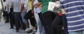 Personas a la cola en la oficina nacional de empleo (INEM)