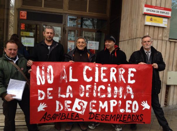 Miembros de la Asociación de Vecinos frente a la oficina de Canillas