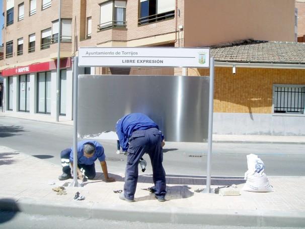 Obreros colocando un panel informativo en Torrijos. Foto: ABC