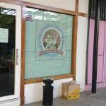 Vista externa de la tienda de ultramarinos de Charo