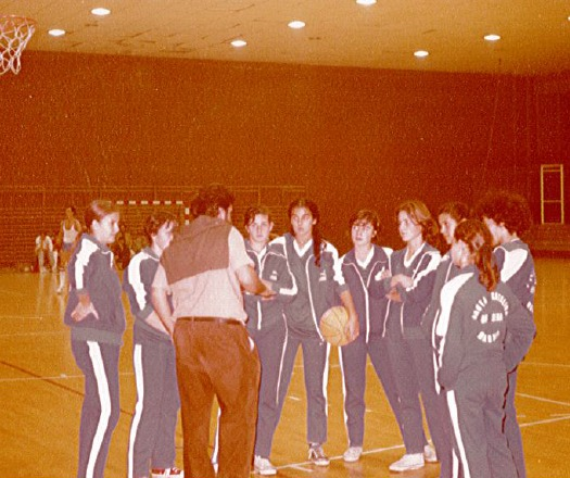 Pepu Hernández dando instrucciones a sus chicas del Santa Catalina