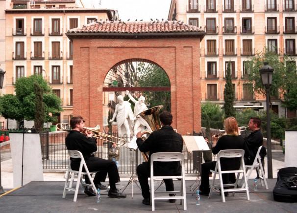Unos músicos tocan en la Plaza del Dos de Mayo. Foto: Julián de Domingo