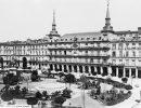 Madrid, hacia 1865. Vista de la Plaza Mayor, con jardín.  (Fuente: Archivo ABC)
