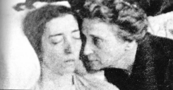 La Marquesa Ruiz de Alihori junto al cadáver de su hija. Foto: Interviú