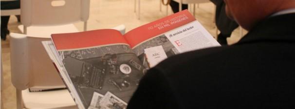 Observando el libro durante la presentación. Fotos: Cristina Sánchez