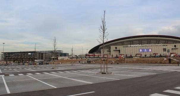 A la derecha, el nuevo estadio Wanda Metropolitano. A la izquierda, el frustrado Centro Acuático. Fotos: M. Gail