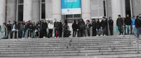 Estudiantes bloquean la entrada a la Facultad de Medicina