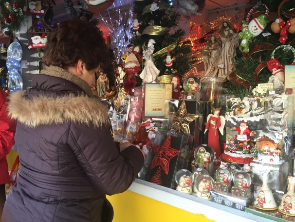 Ana Cañada colocando las figuras. Foto: E.C