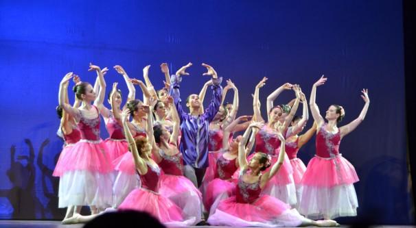 """Los bailarines en una actuación del """"Vals de las Flores"""". Fotos: CV."""