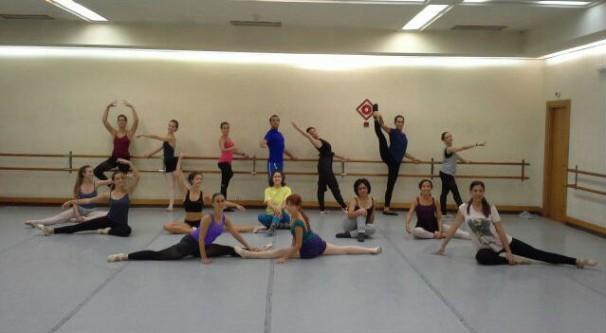 Los bailarines posan en una de las clases