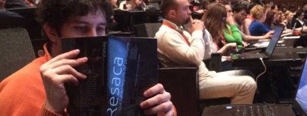 Un congresista ojea el libro. Foto: E.R.