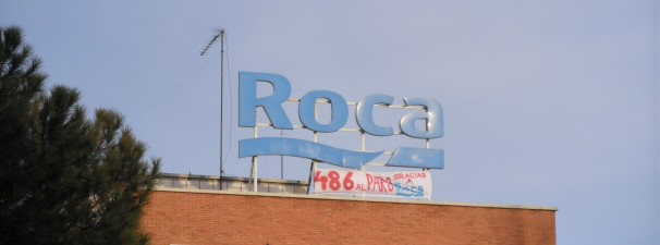 Pancarta en lo alto de la fábrica de Roca. Foto: Belén García.