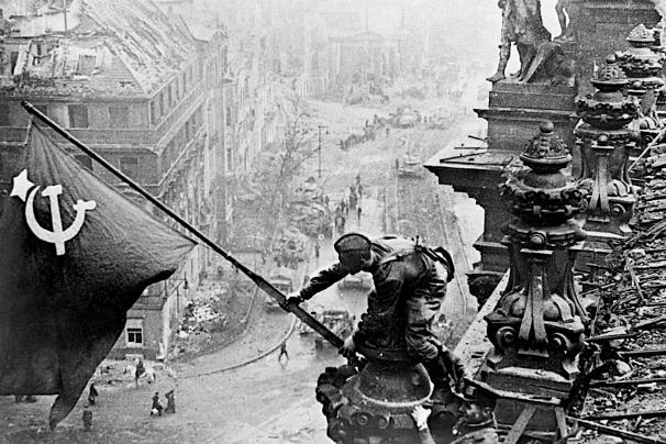 Imagen manipulada de un soldado soviético tomando el Reichstag. Foto: ABC